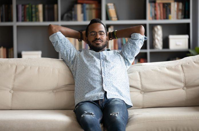 ソファでリラックスしている男性