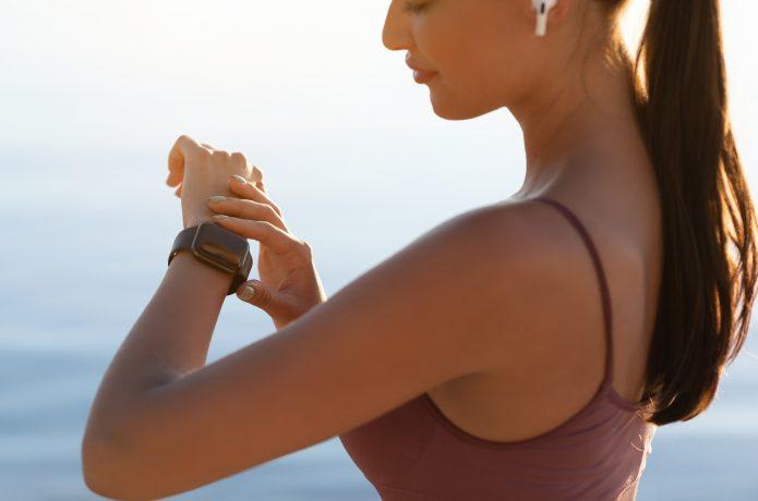 ランニングウォッチで心拍数を確認している女性
