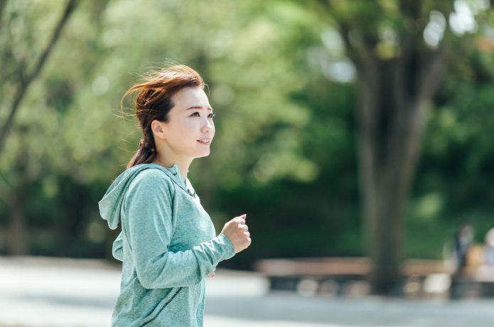 目線を上げて走る女性