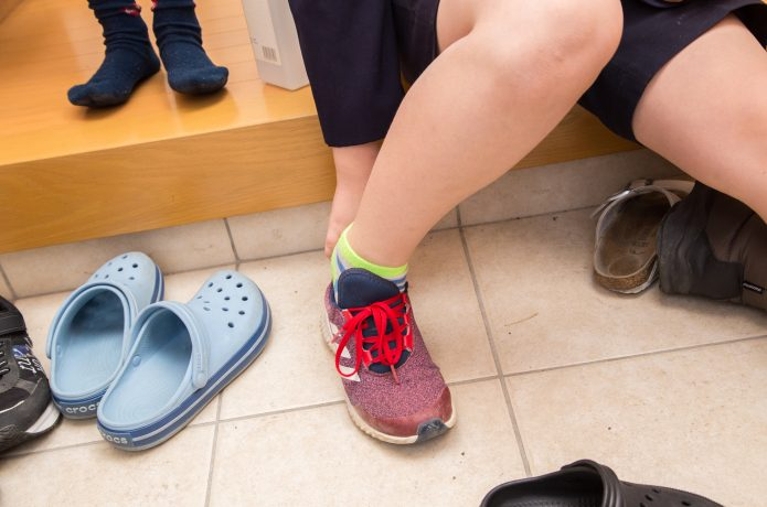 靴を履いている子供