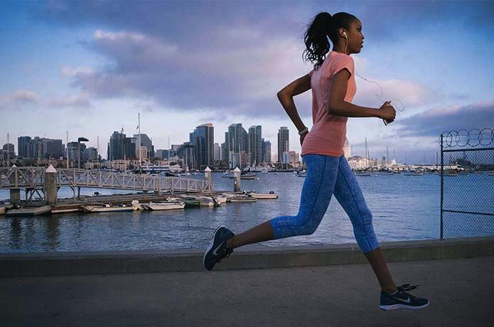 ナイキのシューズを履いて走る女性
