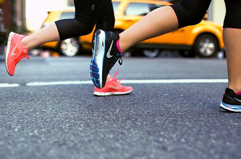ナイキのランニングシューズでジョグをする女性