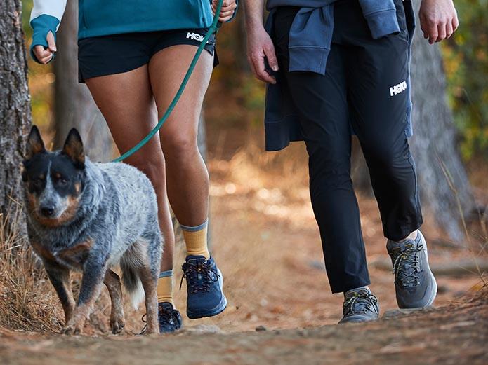 散歩時にゴアシューズを履いている二人