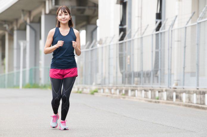 ゆっくりランニングする女性