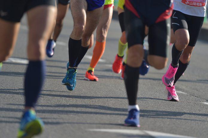 マラソンに参加するランナー