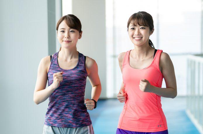 笑顔でランニングをする2人の女性