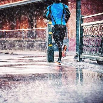 雨の中を走る人