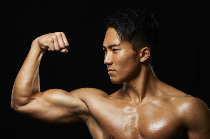 力こぶを作る男性の画像