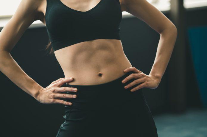 腹筋が浮き出た女性の画像