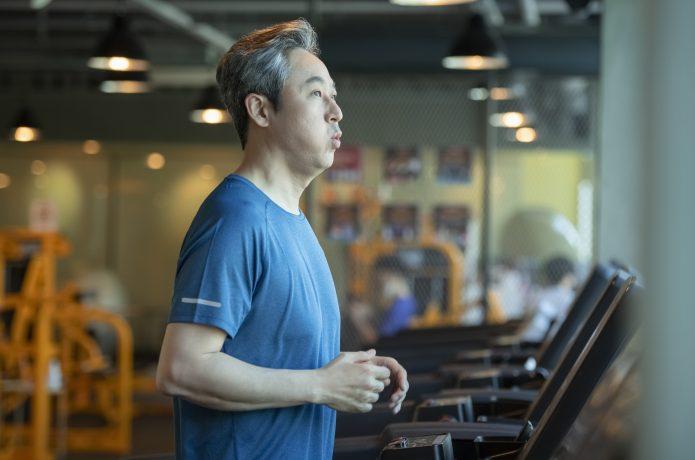 ランニングマシンを利用する男性の画像