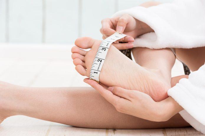 足のサイズを測る人