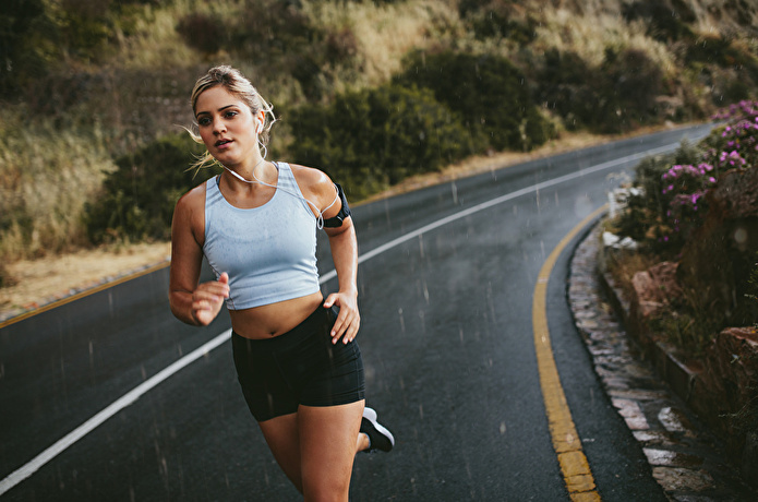 道路でランニングをする女性