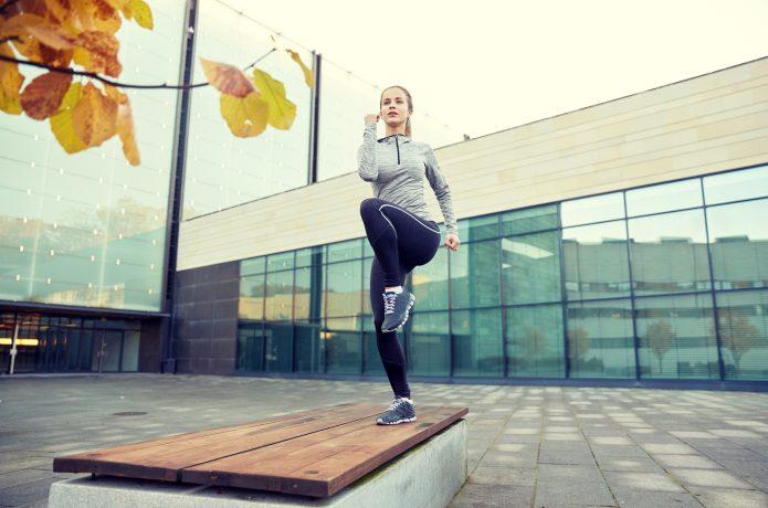 足踏みダイエットする女性