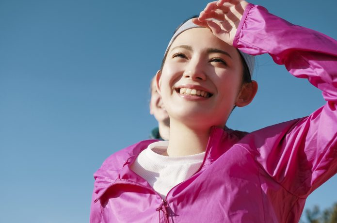 笑顔でランニングする女性