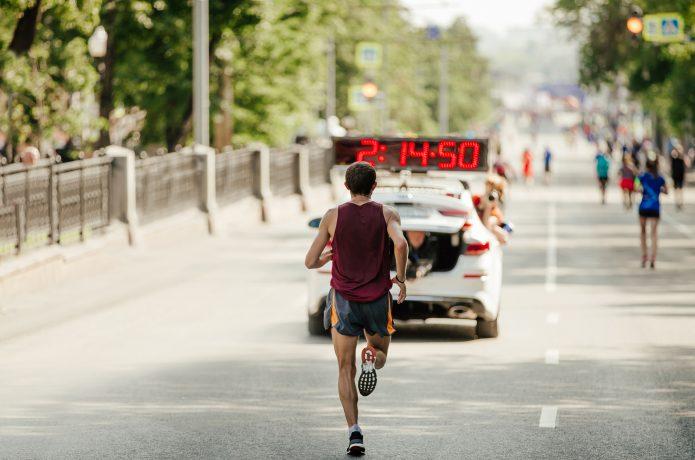 トップを走るマラソンランナー
