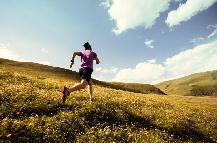 クロカンコースを速く走るランナー