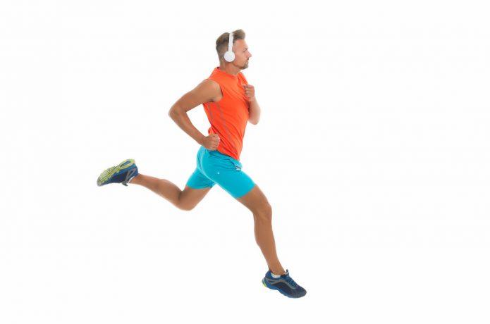 ヘッドホンをして走る男性の画像