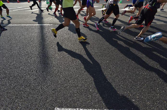 マラソンレースに出場するランナー