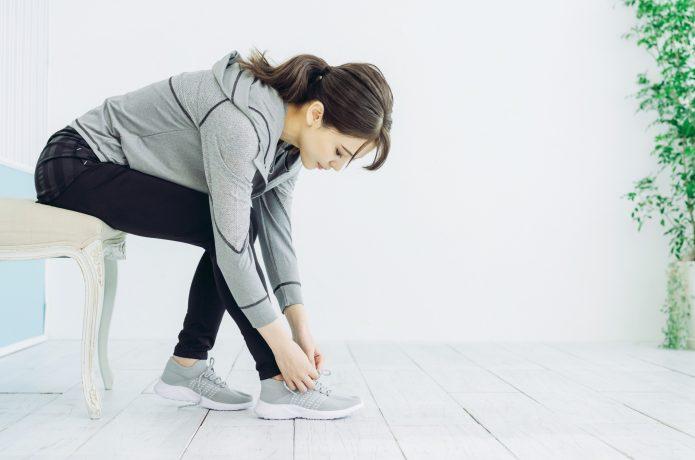 靴を履くスポーツウェアの女性
