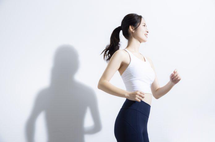 ランニングをする女性の側面の画像
