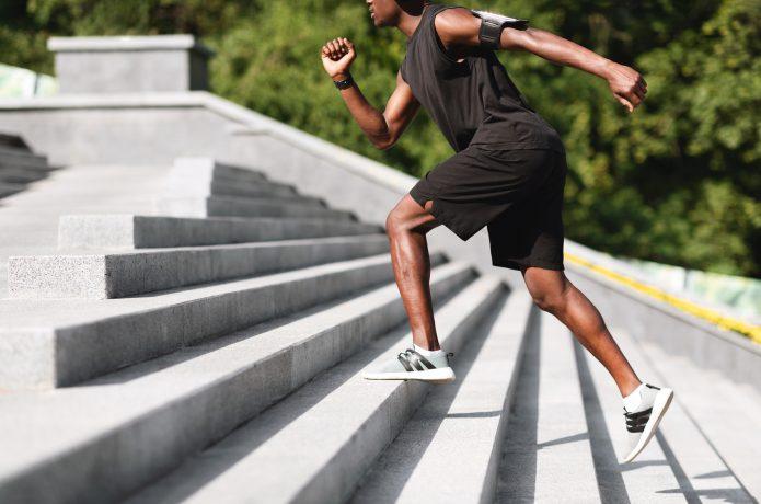 階段を上るスポーツウェアの男性