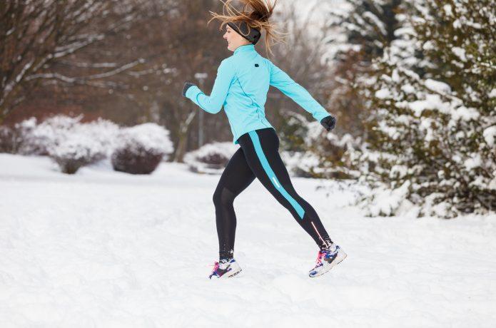 冬にランニングする女性