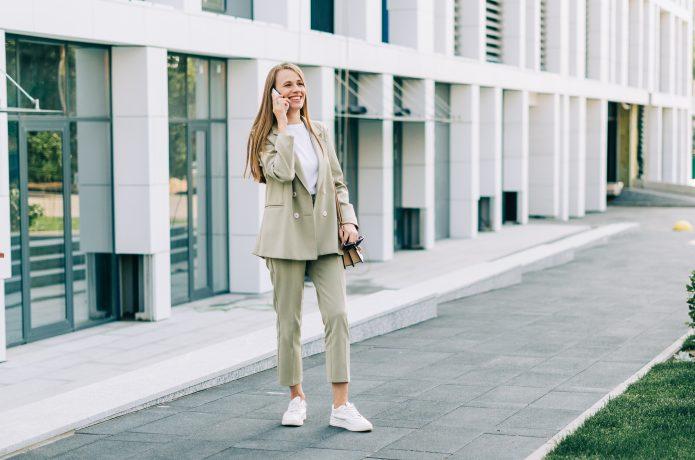 スニーカーを履く仕事中の女性