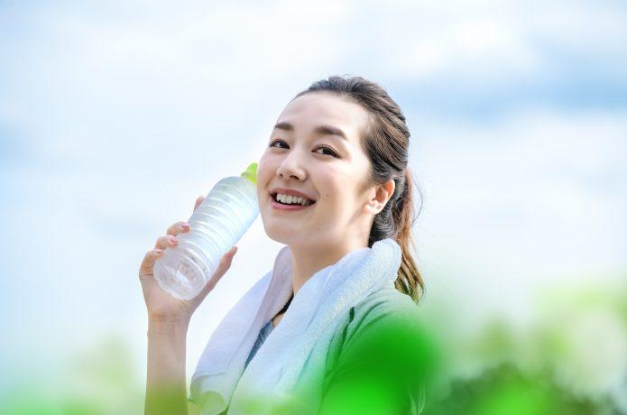 運動後に水分をとる女性