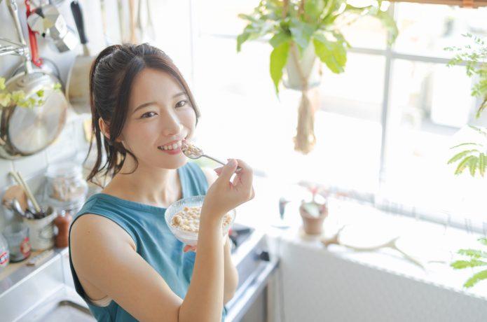 オートミールを食べる若い女性